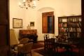 Las Almendras de San Lorenzo hotel library